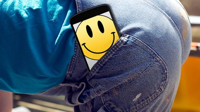 Fotomontage: Ein Mann hat ein Handy in die Hosentasche gesteckt.