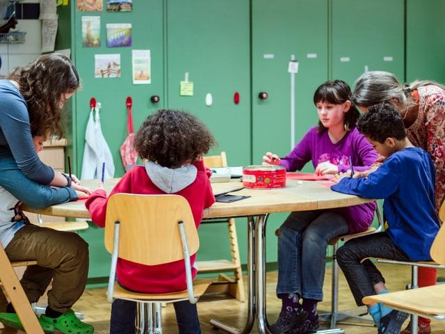 4 Kinder, die von 2 Lehrpersonen betreuut werden