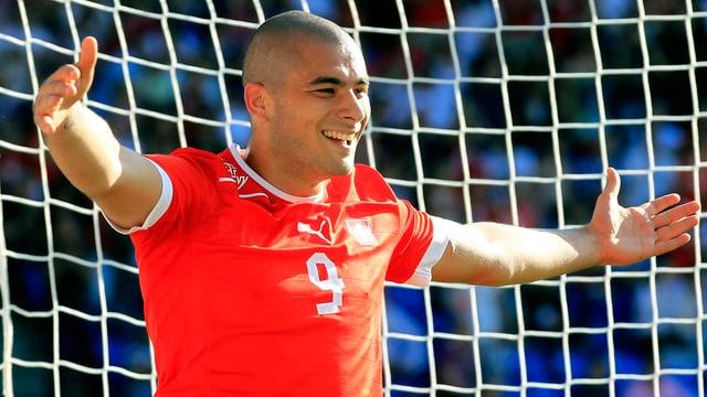 Eren Derdiyok jubelt im Trikot der Schweizer Nationalmannschaft