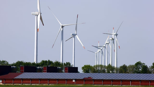 Symbolbild: Windpark mit Solaranlage.