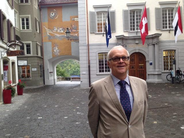 Historiker Rolf Stücheli vor dem damaligen Verhandlungsort.