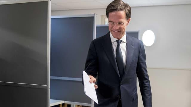 Il primminister actual Mark Rutte votescha.
