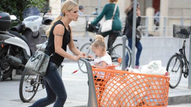 Michelle Hunziker mit Tochter Sole im Einkaufswagen