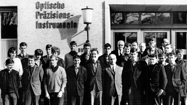 junge Lehrlinge vor dem Firmengebäude