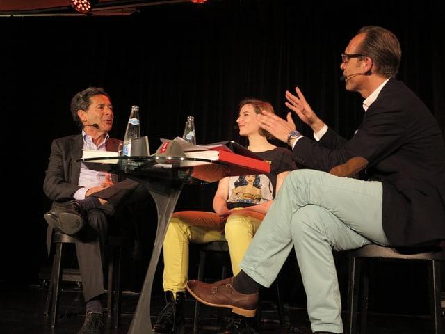 «Persönlich»-Gastgeber Christian Zeugin (rechts im Bild) im Gespräch mit Roger Schawinski und Caroline Fux.