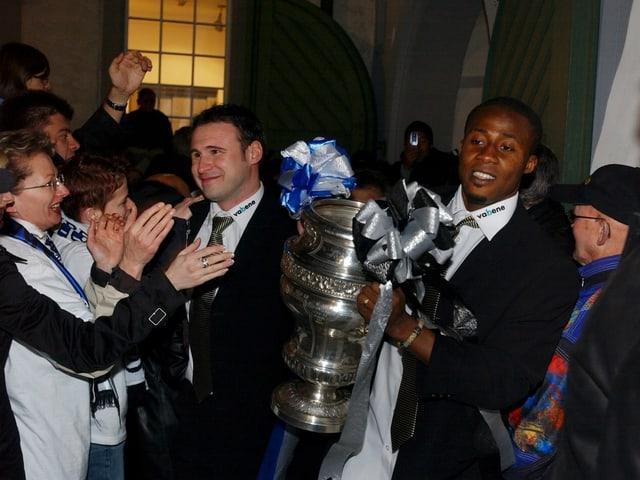 Cupsieger 2004: Roger Bigger ist mit dem Pokal unterwegs auf dem Hofplatz in Wil.