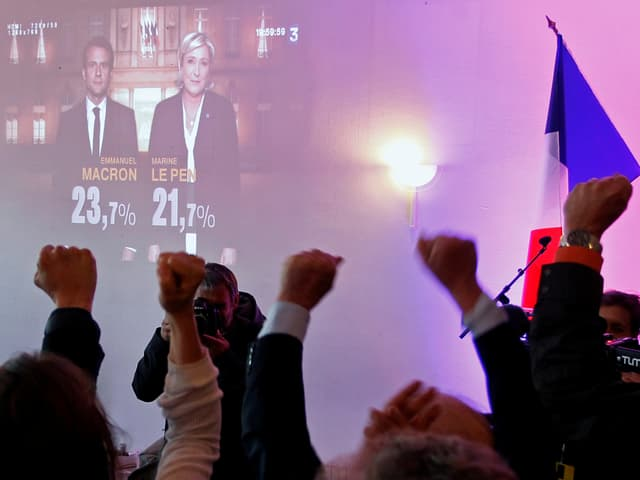 Le Pen Anhänger während der Verkündung des Wahlresultats.