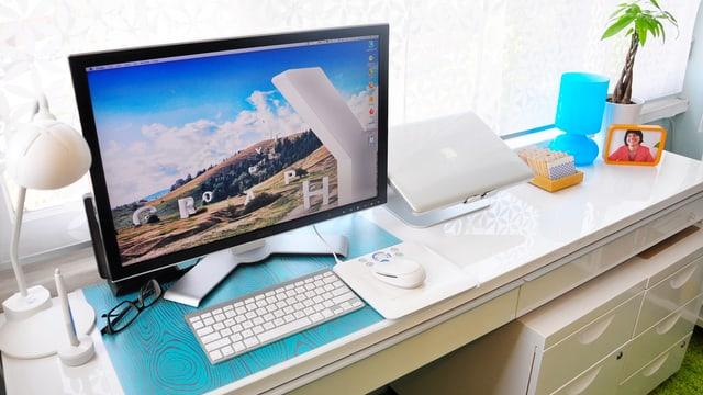 Ein Computer in einem Wohnzimmer