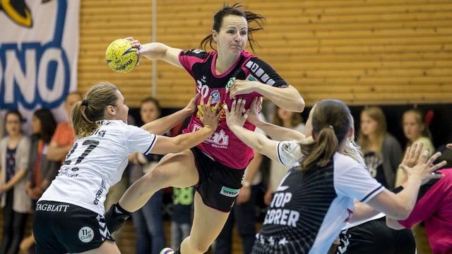 Kerstin Kündig und Tamara Bösch von LC Bruehl wollen den Sprungwurf von Ivana Ljubas von den Spono Eagles beim Sprungwurf blocken.