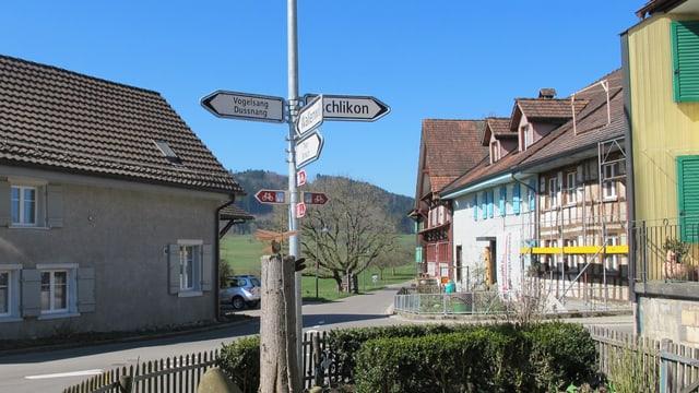 Wegweiser und Thurgauer Häuser