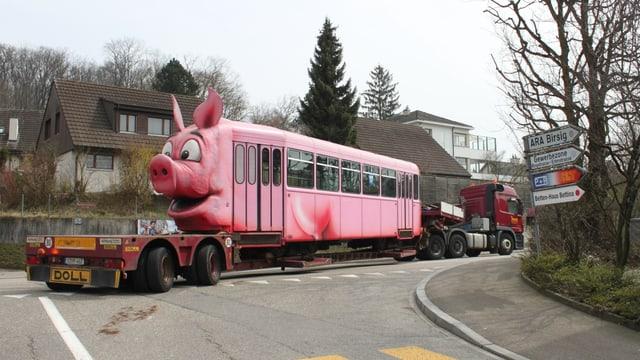 Das BLT-Säuli-Tram auf einem Tieflader auf einer Strasse in Oberwil unterwegs nach Stuttgart