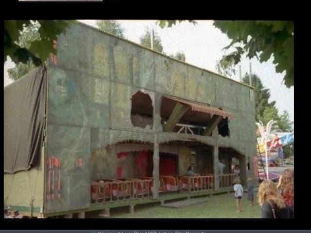 Geisterbahn mit verbleichter Fassade