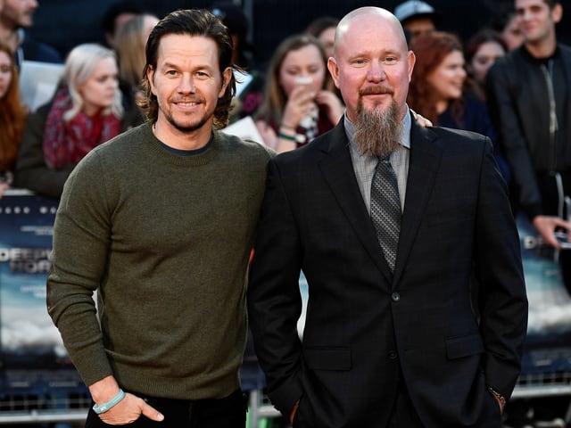 Mark Wahlberg und der echte Mike Williams posieren gemeinsam auf Foto