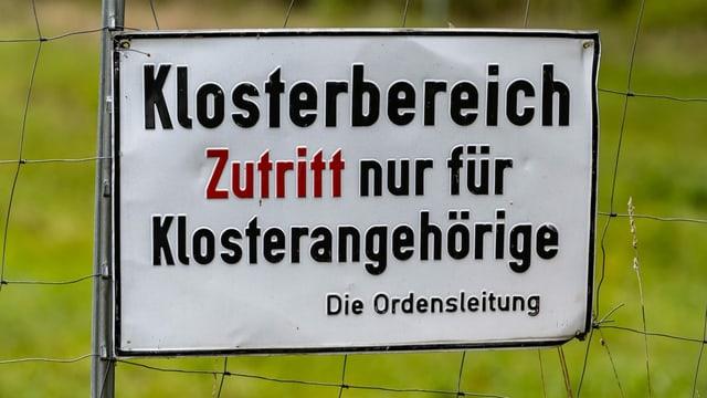 Schild mit Aufschrift: Zutritt nur für Klosterangehörige