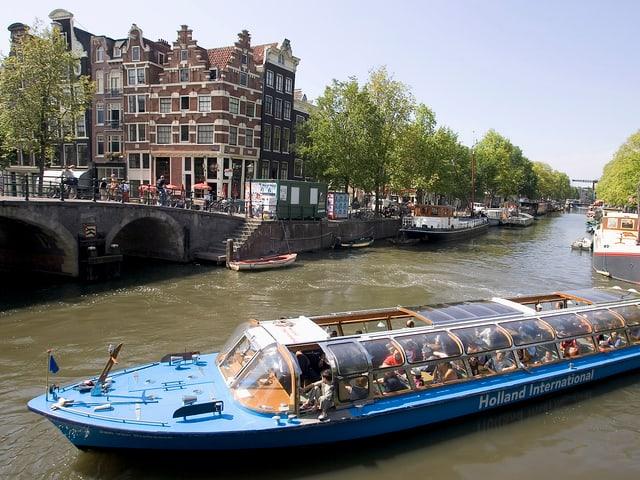 Ein Toursitenboot in der Keizersgracht.
