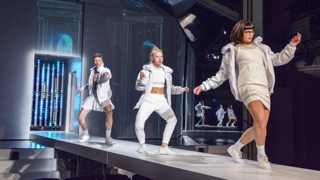 Drei junge Menschen tanzen auf einer Theaterbühne