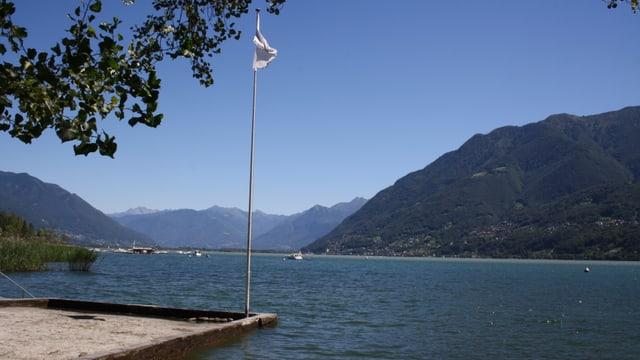 Blick über den wolkenlosen Lago Maggiore Richtung Magadinoebene