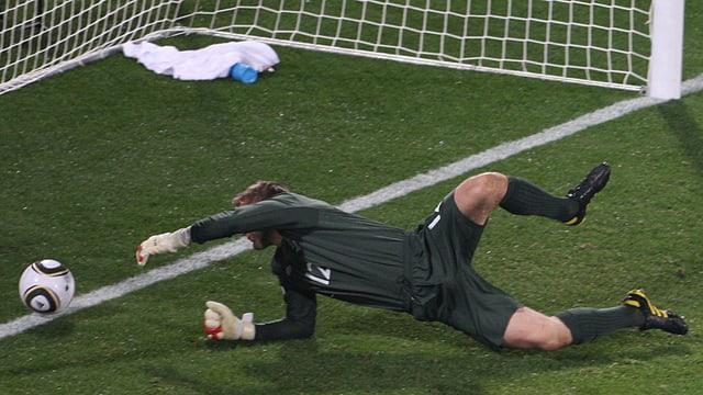 Goalie sieht Ball über die Torlinie rollen