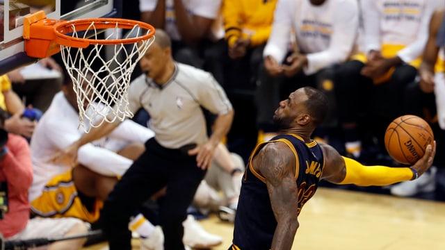 Clevelands Superstar LeBron James mit einem Dunk.