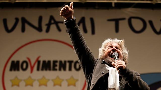 Beppe Grillo spricht von der Tribüne zu seinen Anhängern