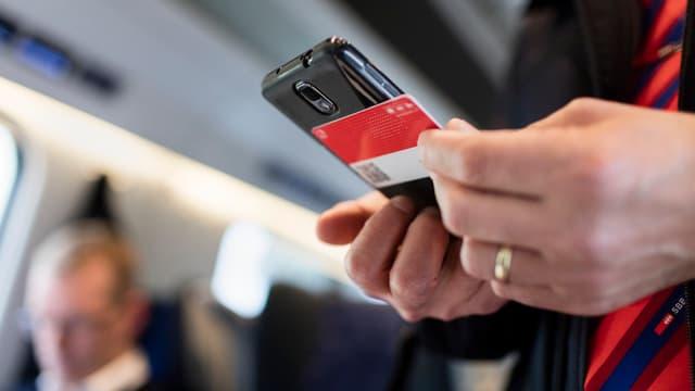 Scanner-Gerät einer SBB-Kontrolleurin mit Swisspass