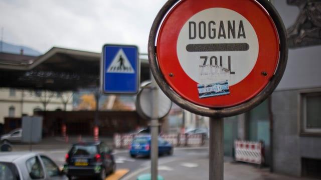 Ein Zollschild mit der Aufschrift Dogana / Zoll.