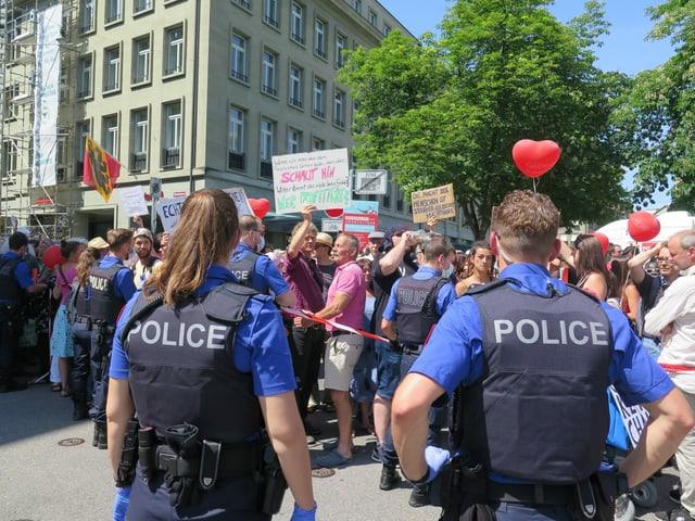 Zwei Polizisten vor dem Demonstrierenden.