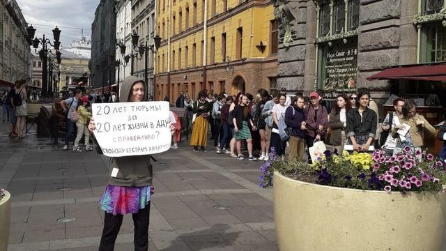 Protestaktion in St. Petersburg gegen die drohende Verurteilung der Chatschaturjan-Schwestern