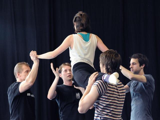 Eine Probe der «Accademia Teatro Dimitri»: Vier Schauspieler heben eine Schauspielerin in die Luft.