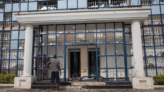 Das zertrümmerte Eingangsportal der Schule.