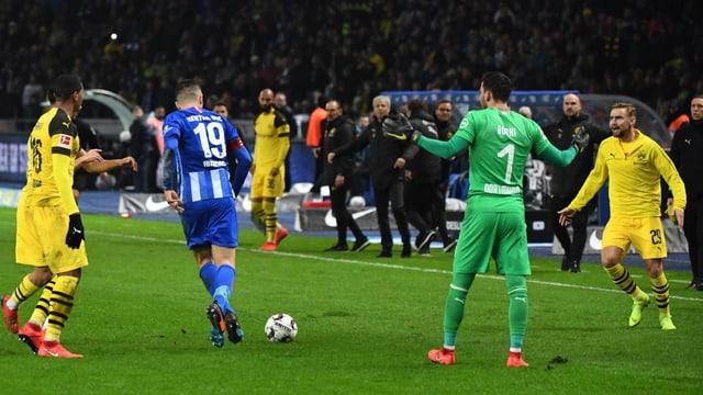 Hertha-Captain Ibisevic bewirft BVB-Goalie Bürki, der die Hände verwirft.