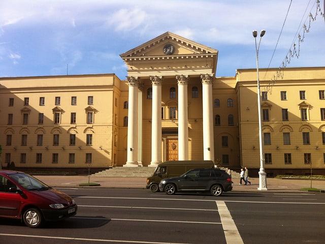 Sicher ist, eine Reise nach Minsk ist mindestens ästhetisch eine Reise in die Sowjetunion. Hier heisst der Geheimdienst noch KGB und sein Gebäude steht mitten in der Stadt und darf eigentlich unter keinen Umständen fotografiert werden.