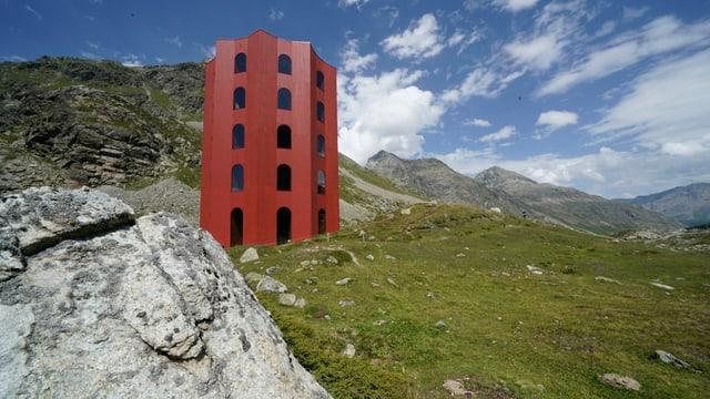ein roter Turm in der Berglandschaft