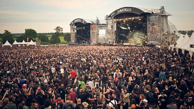 Grosse Festivalbühne mit tausenden Besuchern davor.
