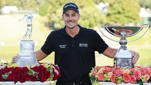 Stenson präsentiert stolz die Trophäen für den Turnier- und den Gesamtsieg.