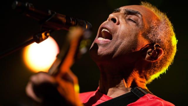 Gilberto Gil singt und spielt Gitarre