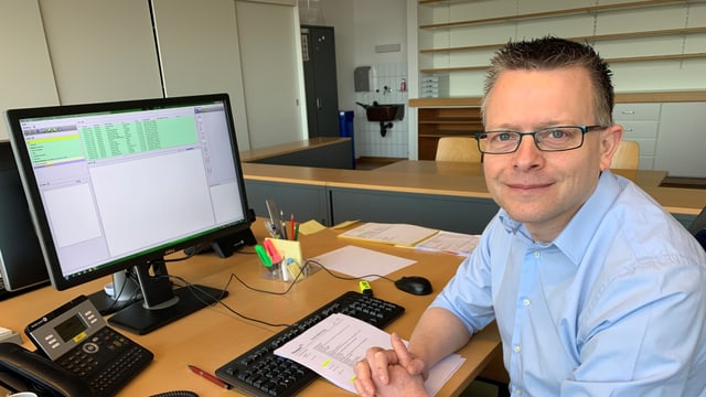 Dani Meili von der Kantonspolizei Thurgau im Büro des Polizeipostens in Egnach.