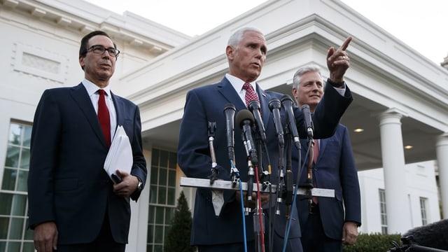 Il vicepresident Mike Pence ha orientà glindesdi las medias: dretg il cussegliader per segirezza naziunala Robert O'Brien e sanester minister da finanzas Steven Mnuchin.