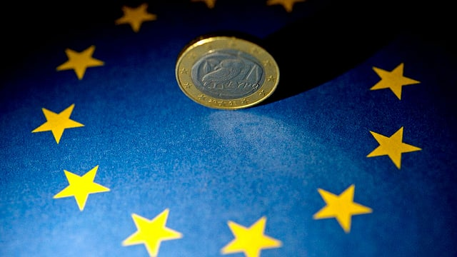 Ein Euro auf der Europäischen Flagge.
