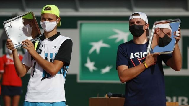 Dominic Stricker (dretg) e ses collega Leandro Riedi che han cumbattì a Paris per il Grand-Slam dals juniors.