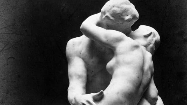 Zwei Küssende in Marmor.