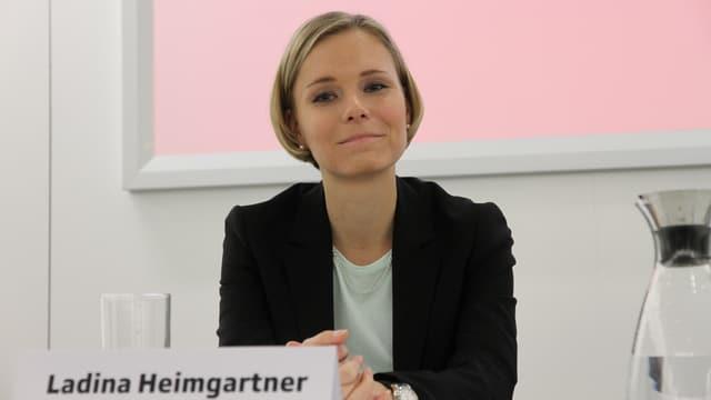 La nova directura da RTR, Ladina Heimgartner, ad ina conferenza da medias.