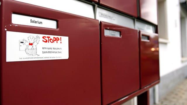 Ein Stopp-Werbung Kleber auf einem Briefkasten