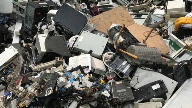 Telefone, Computer, Drucker: Elektroschrott in der Halle der Immark AG wartet auf den Schredder.