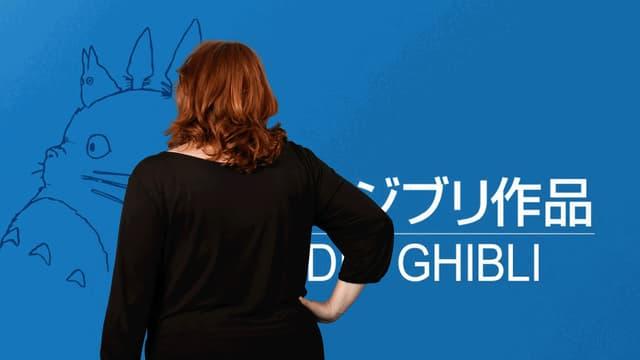 Brigitte Häring betrachtet das Logo des Ghibli Studios