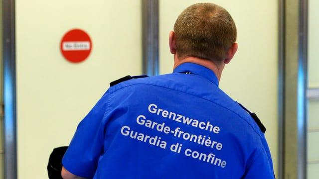Ein Beamter der Schweizer Grenzwache auf dem Flughafen Zürich.