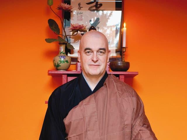 Eddie Eymann meditiert in seinem Haus im Gellert.