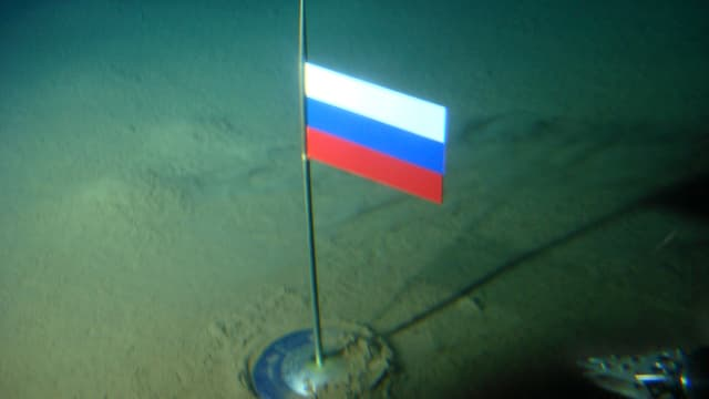 Russische Flagge unter am Nordpol.