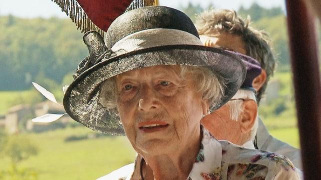 Eine alte Frau mit Sonnenhut.