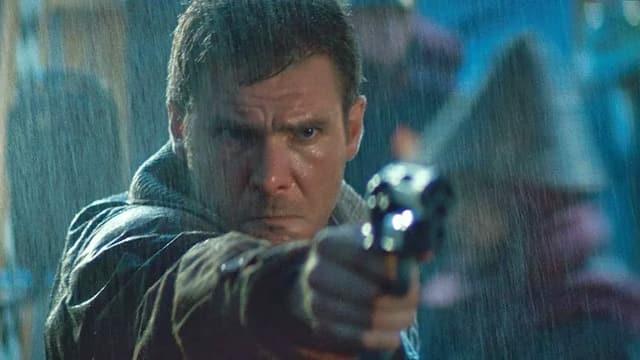 Filmszene: Ein Mann zielt mit einer Pistole auf ein nicht sichtbares Ziel